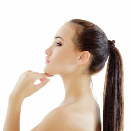 perfil de mujer rostro: el perfil de adolescente hermosa chica disfrutando aisladas sobre fondo blanco