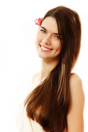 Long hair: cô gái tuổi teen xinh đẹp vui vẻ thưởng thức cô lập trên nền trắng