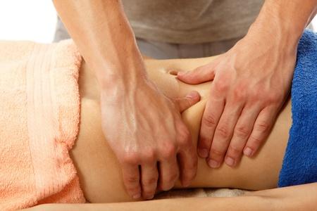 homme massage: masseur fait de la femme de massage du ventre jeune isol� sur fond blanc