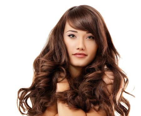 hair spa: chica adolescente alegre hermosa disfrutando aislado sobre fondo blanco