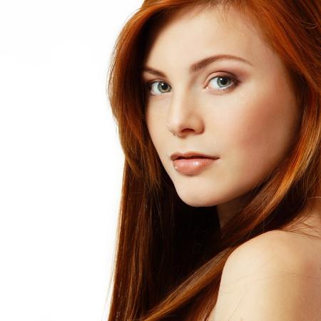 pelo rojo: hermosa chica adolescente de pelo rojo alegre disfrutando de aislados Foto de archivo