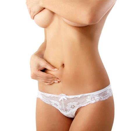 cuerpo femenino perfecto: mujer mostrando la celulitis en el vientre aislado sobre fondo blanco
