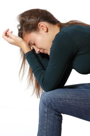 adolescencia: la depresi�n adolescente lloraba sola aisladas sobre fondo blanco Foto de archivo