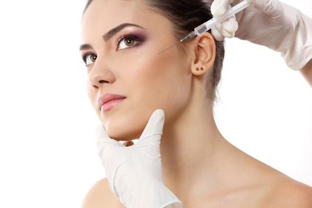 levantar peso: bello rostro joven con un tratamiento de belleza aislado en blanco