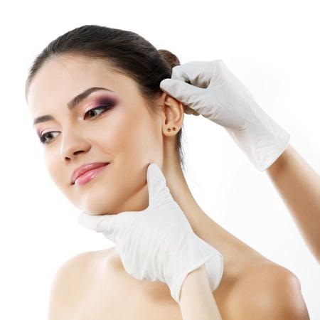 ohr: sch�ne junge Frau Gesicht mit Sch�nheitsbehandlung Ohr Kunststoff isoliert