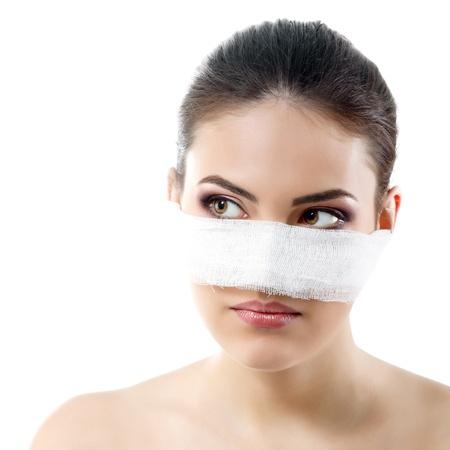 curitas: retrato de la hermosa cara de mujer joven con una venda en la nariz - tratamiento de belleza cirug�a pl�stica