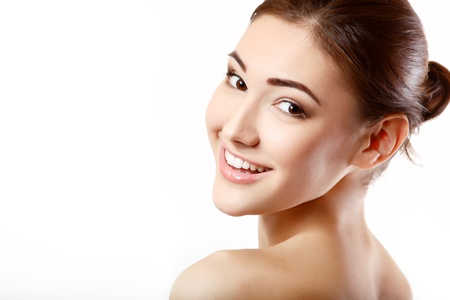 gezicht: mooie vrolijke tiener meisje schoonheid gezicht gelukkig lacht en kijkt naar camera geïsoleerd op witte achtergrond Stockfoto