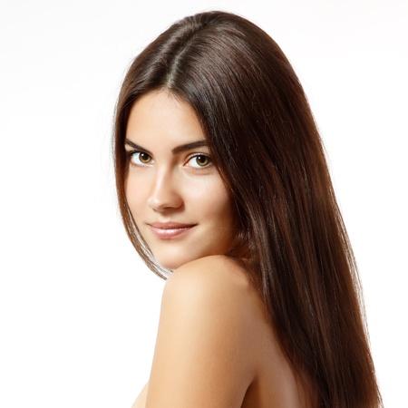 capelli lunghi: ritratto di adolescente ragazza allegra bellezza, godendo con bella brillante capelli castani lunghi isolato su sfondo bianco