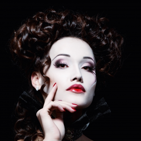 mujer hermosa de Halloween vampiro aristócrata barroco sobre fondo negro