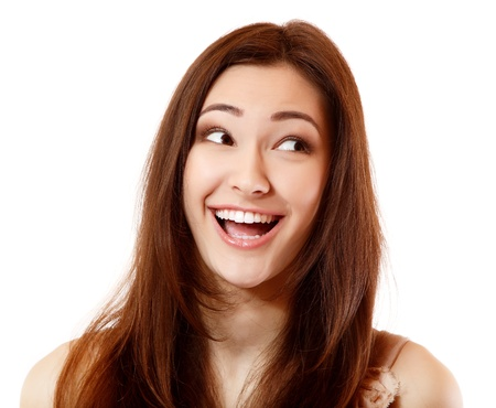 éxtasis: Emocional adolescente feliz éxtasis éxtasis sonriendo y mirando a la derecha. Aislado sobre fondo blanco. Foto de archivo