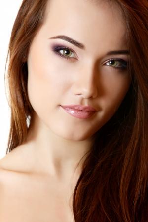 ragazza: Ritratto di ragazza adolescente bella con lunghi capelli castani e la pelle pulita. isolato su sfondo bianco