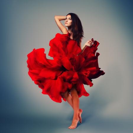 schöne romantische Mädchen in rote Blume Kleid mit langen broun Haar barfuß, in voller Länge Studio Portrait Standard-Bild