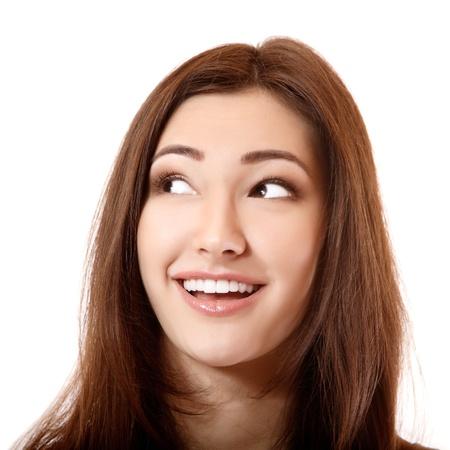 euphoric: bella ragazza sorridente guardando verso l'angolo sinistro, isolato su bianco