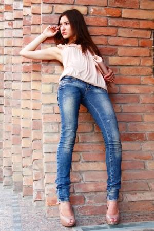 Im Freien Porträt der schönen Mode-Mädchen Standard-Bild