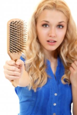 calvicie: mujeres con broblem pelo peine que sostiene la pérdida de cabello en la mano, isloated sobre fondo blanco Foto de archivo