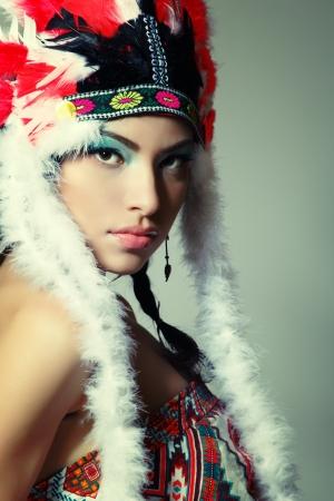 indios americanos: Hermosa mujer joven nativo americano indio, aislado en fondo blanco Foto de archivo