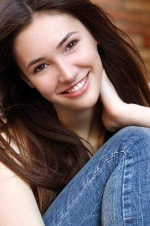 jolie fille: Extérieur rue portrait de la belle jeune fille brune souriante adolescente