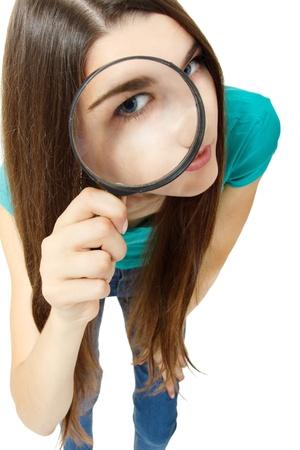zvětšovací sklo: Atraktivní dívka dívá skrz zvětšovací sklo na bílém pozadí