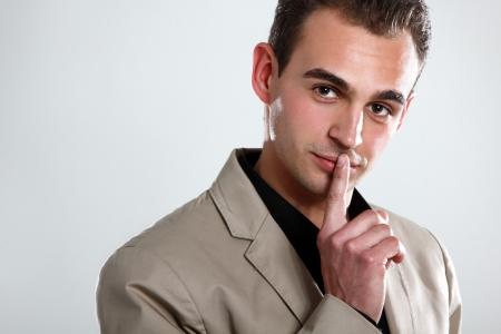 7f313a6b6 Foto de archivo - Hombre de moda en camisa negra y una chaqueta de color  beige de la mano cerca de la cara, retrato de muchacho moda sexy mirando a  cámara, ...