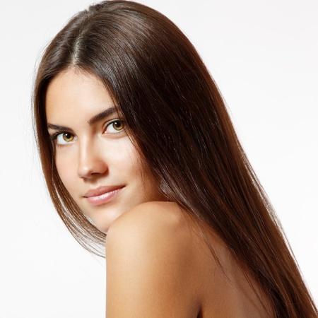 piel: mujer joven alegre hermosa que goza con el pelo largo y fuerte marr�n aisladas sobre fondo blanco Foto de archivo