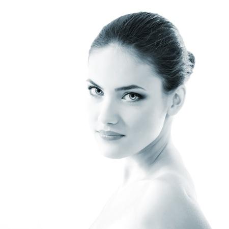 hair spa: mujer joven y bella, primer plano, hembra, cara, azul claro entonado, aislados en fondo blanco Foto de archivo