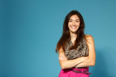 ��smiling: hermosa adolescente feliz sonriente sobre fondo azul Foto de archivo