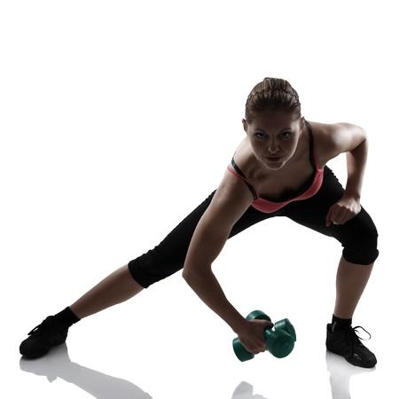 lunges: deporte atl�tico joven se lanza con el estudio de pesas silueta, dispar� sobre fondo blanco