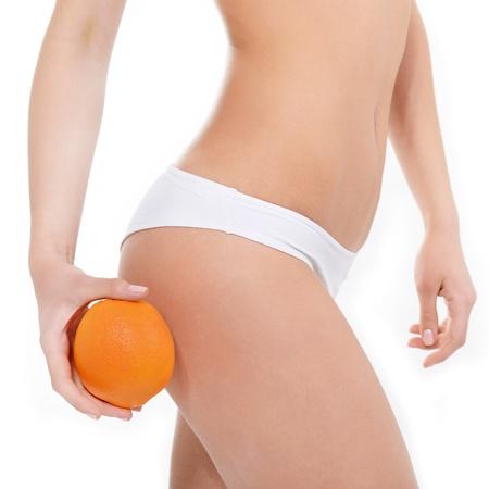 cellulite: Mujer joven en ropa interior con una muestra ausencia de color naranja de la celulitis m�s de fondo blanco