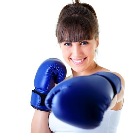 guantes de boxeo: deporte joven mujer feliz sonriendo con guantes de boxeo, la cara de estudio de la ni�a de fitness dispar� m�s de fondo blanco Foto de archivo