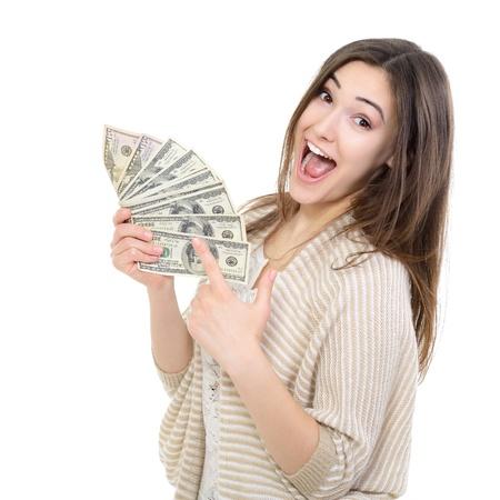 Vrolijke aantrekkelijke jonge dame bedrijf contanten en blij lachend op witte achtergrond