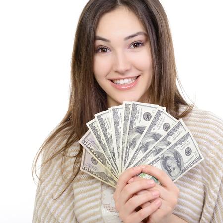 gotówka: Wesoła atrakcyjna młoda dama holding pieniężne i szczęśliwy uśmiecha się nad białym
