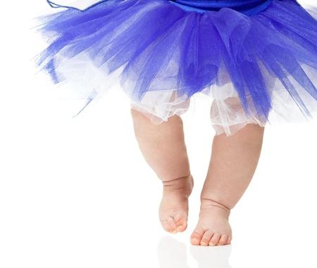 白い背景で隔離の青いチュチュのバレエ ダンサーのような女の赤ちゃん