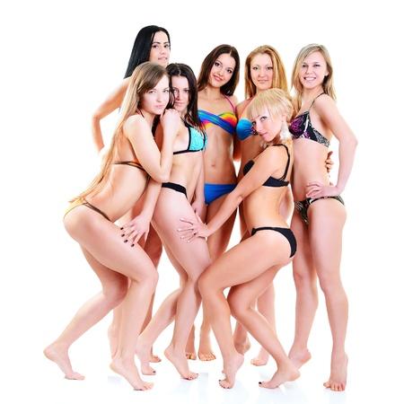 niñas en bikini: chicas en bikini con cuerpos ajuste perfecto, grupo de atractivas mujeres jóvenes de raza caucásica en traje de baño en blanco