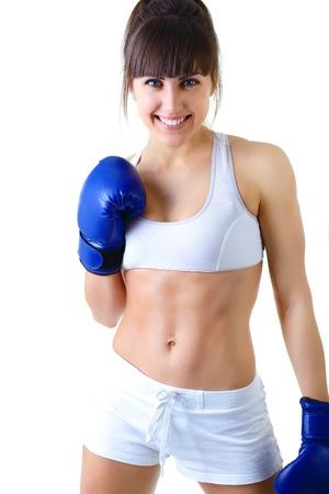 deporte joven mujer guantes de boxeo, la cara de fitness niña disparó más de fondo blanco