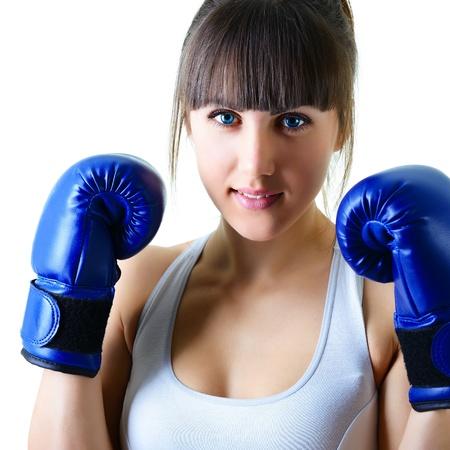 mujeres peleando: deporte joven mujer guantes de boxeo, la cara de fitness niña disparó más de fondo blanco