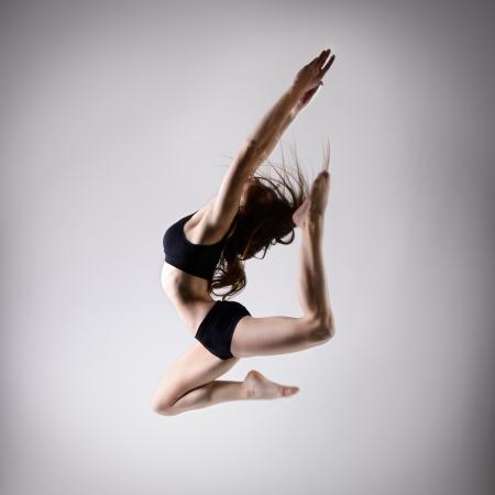danza contemporanea: joven y bella bailarina adolescente chica bailando y saltando, serie de estudio Foto de archivo