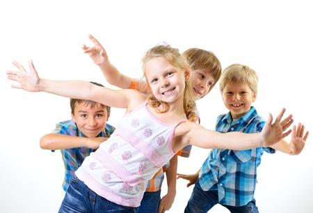 幸せな笑みを浮かべて子供友達楽しみを持って、白い背景で隔離