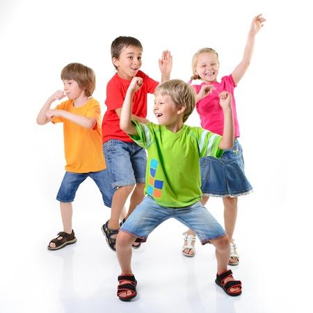 gelukkige kinderen dansen op een witte achtergrond, saamhorigheid en geluk gezond leven, kid's conccept Stockfoto