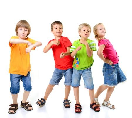 niños bailando: niños felices bailando sobre un fondo blanco, unidad y felicidad de vida saludable, de niños conccept