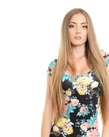 カメラを見て健康的な長い髪と美しいボンドガール