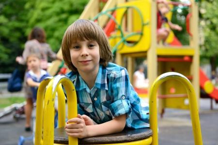 niños jugando en el parque: niños jugando en el patio al aire libre en el parque de verano