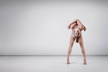 danza contemporanea: dancer - joven y bella muchacha adolescente bailando en el estudio, la serie