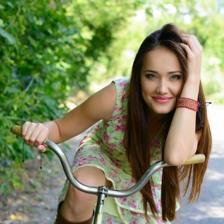 bicicleta retro: Mujer hermosa joven feliz con la bicicleta retro, verano al aire libre