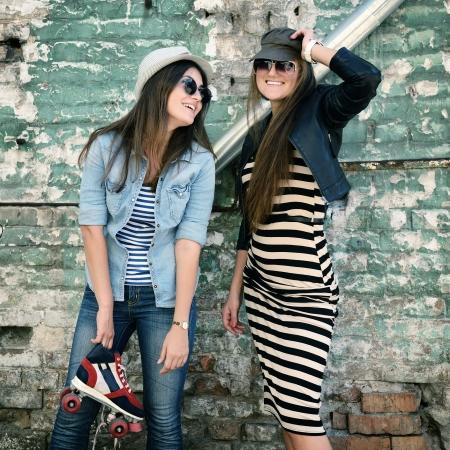 chicas divirtiendose: Muchachas que se divierten juntos al aire libre Foto de archivo