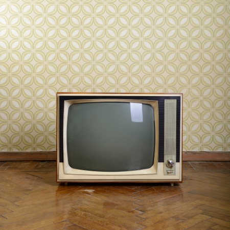 ビンテージ wallper と寄木細工の床の客室に木製のケースとレトロなテレビ