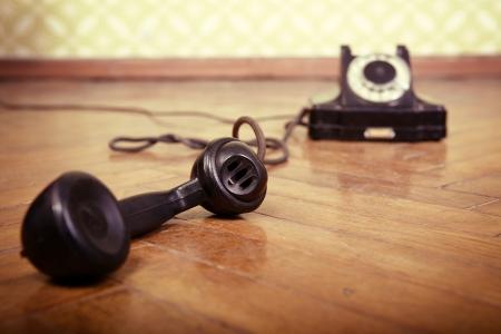 telefono antico: vintage vecchio telefono nero retr� telefono � sul pavimento di parquet usato, tonica
