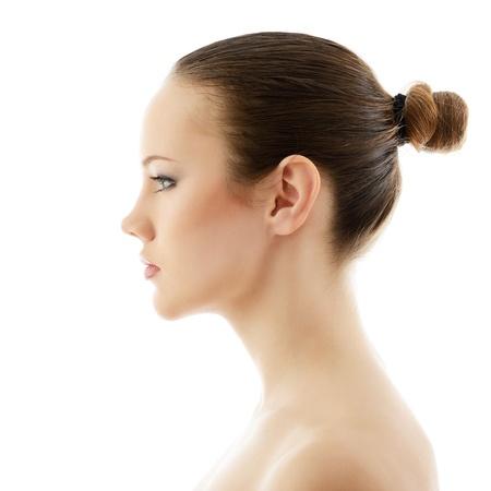 meisje schoonheid, portret van mooie jonge frisse vrouw in profiel, op witte achtergrond