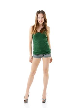 mujer cuerpo completo: atractiva chica adolescente feliz en camiseta verde, retrato de cuerpo entero aisladas sobre fondo blanco