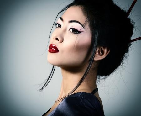 若い美しいアジアの女性の肖像画、スタジオ ショットのトーン