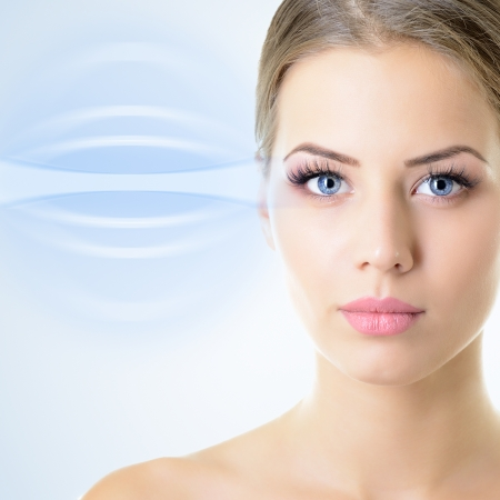 Het gezicht van de mooie vrouw met een accent op de ogen Stockfoto